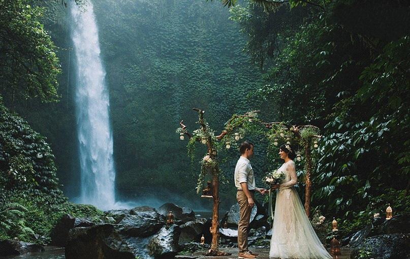 пары у водопада фотографии диска